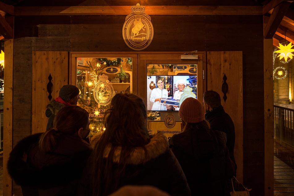 Die Stollenhütte auf dem Altmarkt wurde - auch ohne Stollenfest - aufgebaut. Hier können Besucher die virtuelle Liebeserklärung an den Dresdner Stollen sehen und so zumindest ein wenig Stollenluft schnuppern.