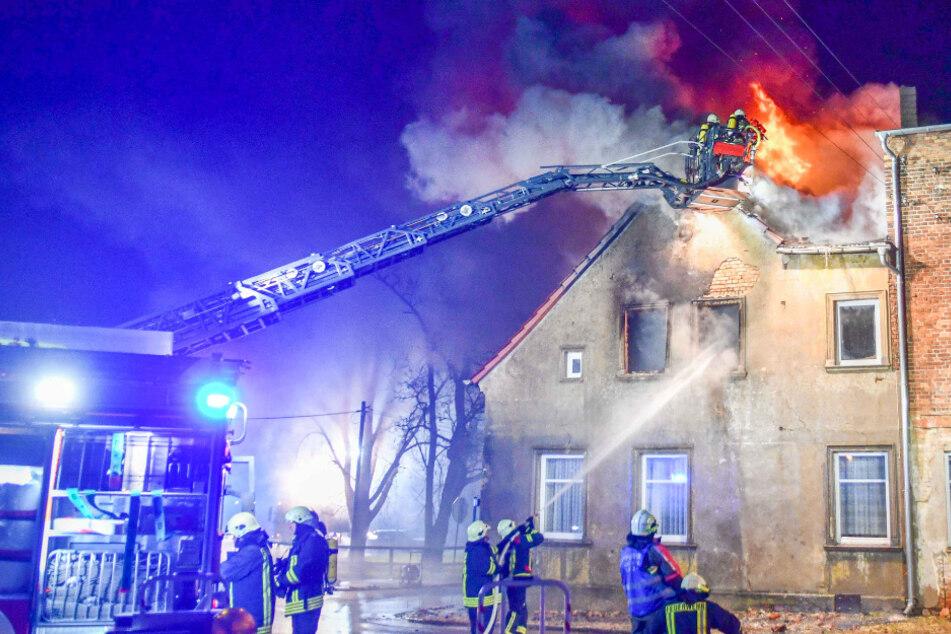 In Sülldorf ist am Donnerstagnachmittag ein Mehrfamilienhaus einem Großbrand zum Opfer gefallen.