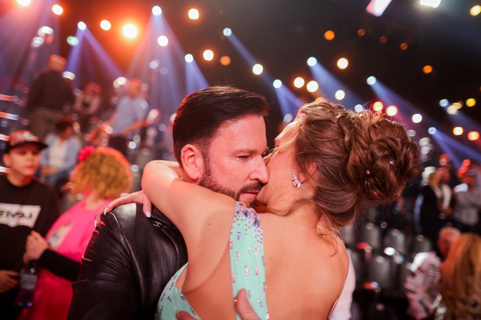 """Laura Müller (19) und ihr Freund Michael Wendler (47), Sänger, umarmen sich nach der RTL-Tanzshow """"Let's Dance"""" im Coloneum in Köln."""