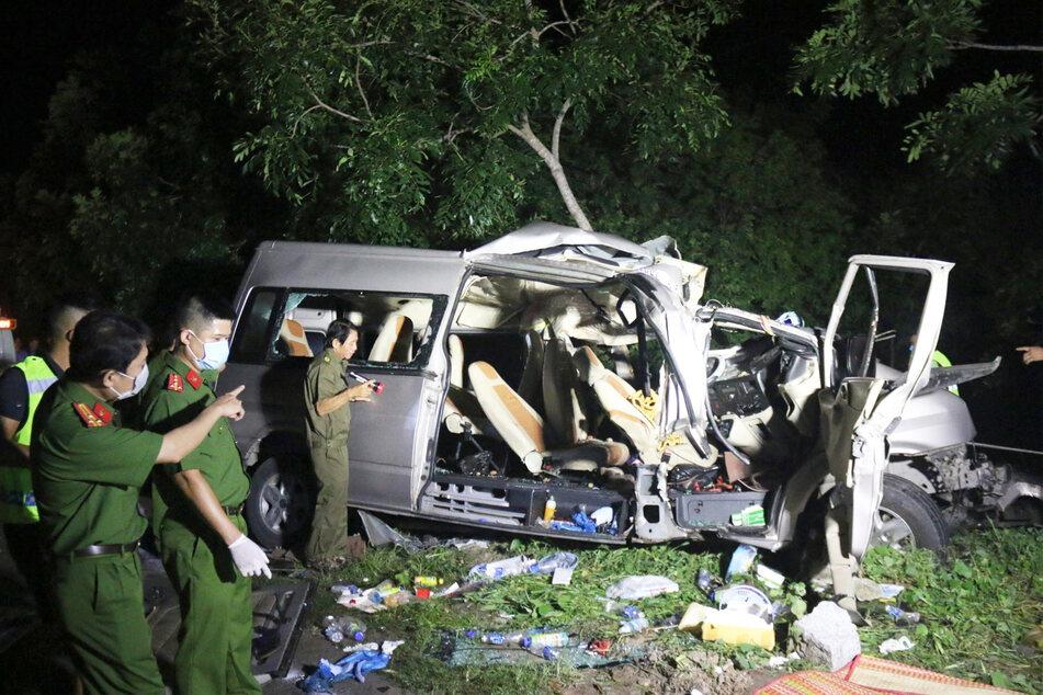 Vietnamesische Beamte untersuchen die Unfallstelle.