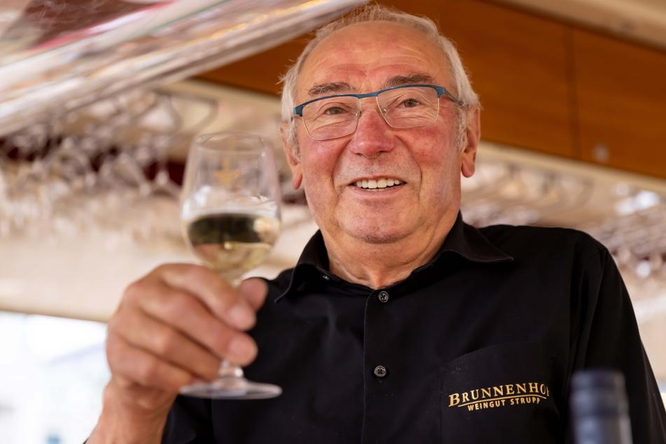 Dieter Strupp (78) steht mit seinem Stand seit 1991 auf dem Weindorf.