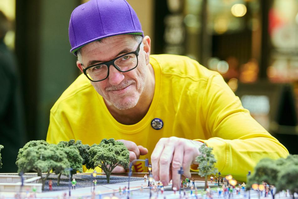 Loveparade-Gründer Dr. Motte lehnt über einem Miniatur-Model der Loveparade.