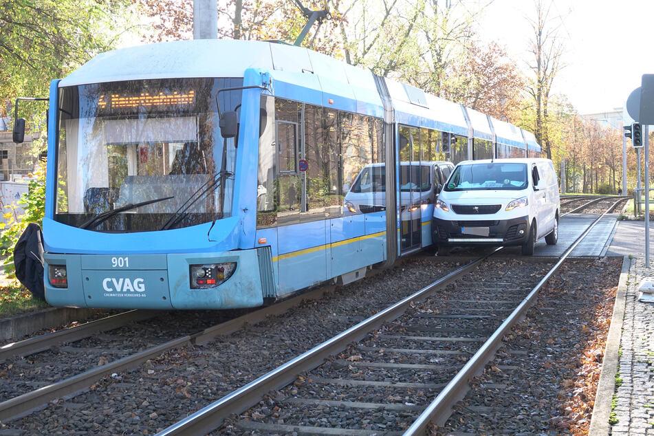 Crash beim Abbiegen: Transporter kollidiert mit Straßenbahn