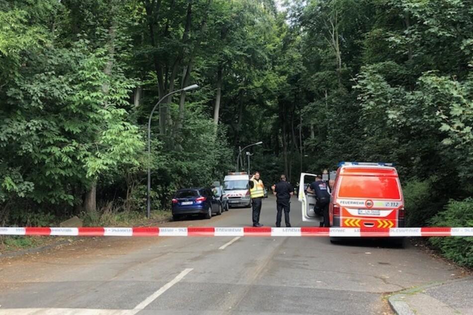 Die Zufahrt am Walter-Binder-Weg in Köln-Müngersdorf ist abgesperrt.
