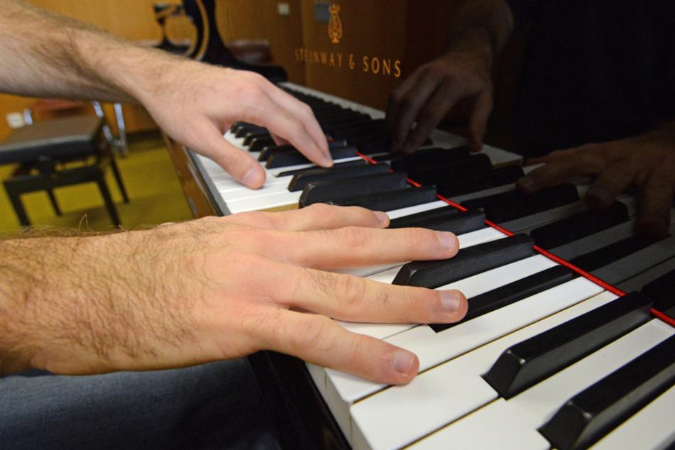 Irre: Bewerber aus Tokio können per Internet bei uns Klavier spielen