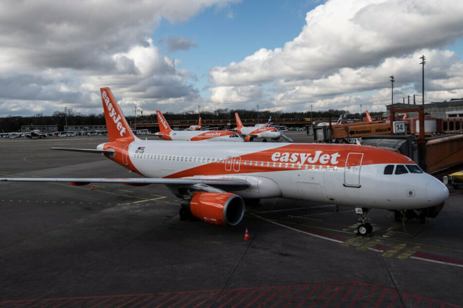 Flugzeuge des Unternehmens easyJet stehen am Flughafen Tegel.
