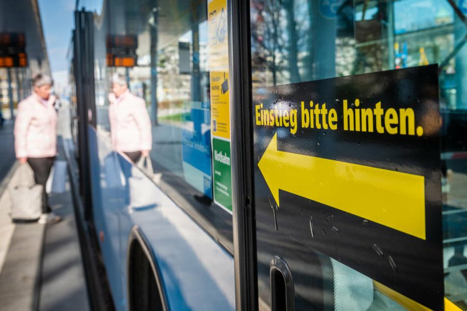 Wegen fehlender Schutzscheiben in Bussen, müssen Fahrgäste in vielen Fahrzeugen hinten einsteigen.