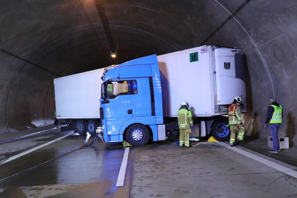 Der Sattelzug blockierte die gesamte Fahrbahn und sorgte durch ausgelaufenes Diesel für eine Sperrung der A17.