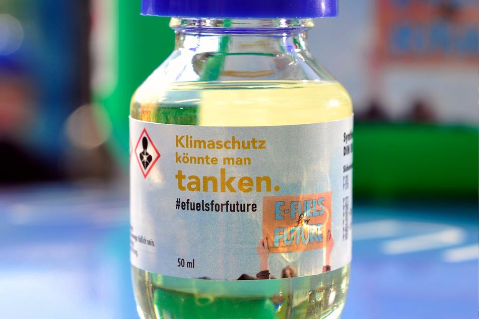 E-Fuels sind farblos und besitzen nahezu die gleiche Dichte wie Benzin. Mischen ist daher kein Problem.