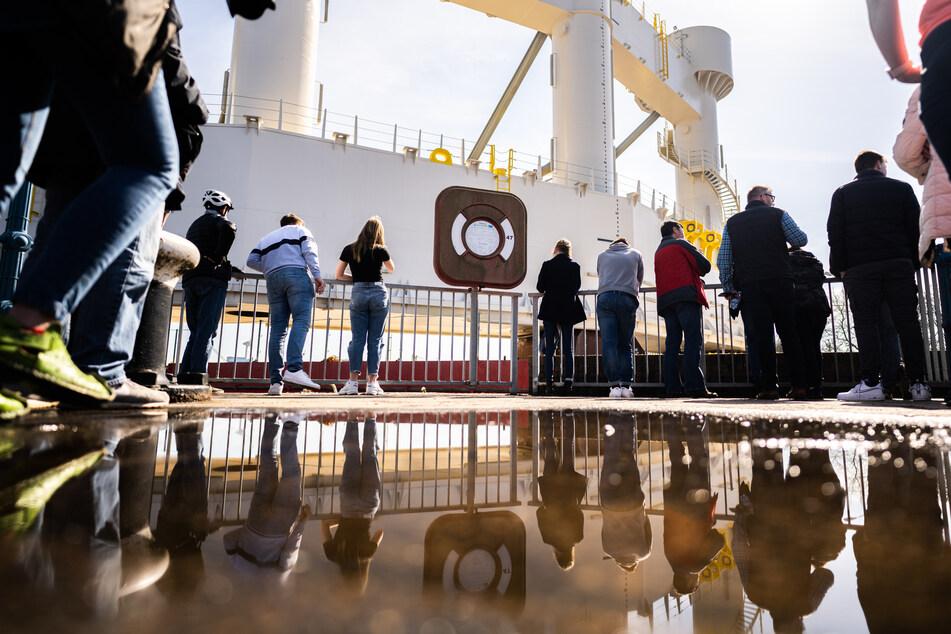 Zentimeter genaue Maßarbeit: 1600 Tonnen schweres Bauteil passiert Schleuse