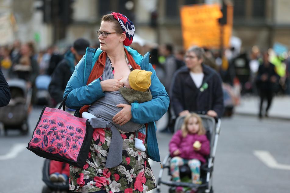 Eine Mutter stillt ihr Baby. (Symbolbild)