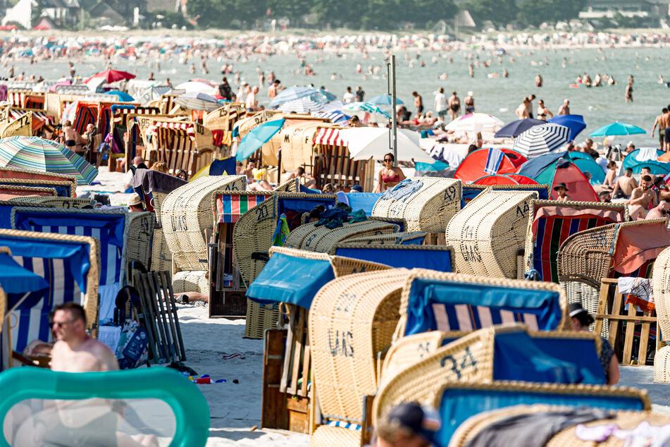 Scharbeutz: Bei sonnigen 27 Grad genießen Badegäste am ersten Tag der Schul-Sommerferien das Strandleben.