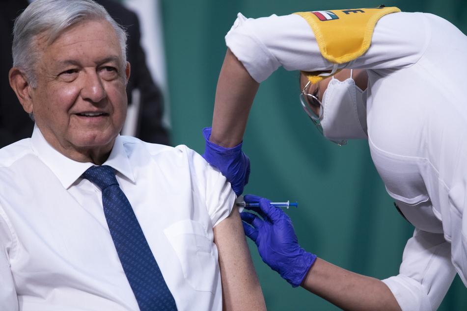 Andres Manuel Lopez Obrador (67, M.), Präsident von Mexiko, bekommt die AstraZeneca-Vakzin gegen das Coronavirus verabreicht.