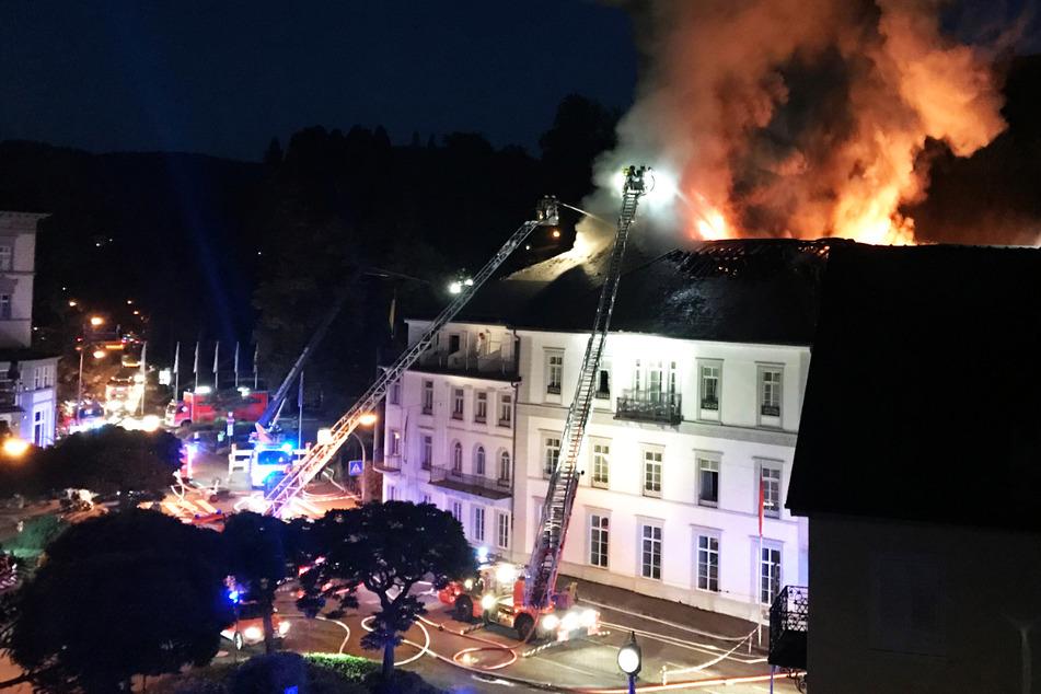 """2. September: Die Feuerwehr kämpft gegen die Flammen an, die aus dem Luxushotel """"Badischer Hof"""" in Baden-Baden schlagen. Nach ersten Schätzungen entstand ein Schaden in zweistelliger Millionenhöhe."""