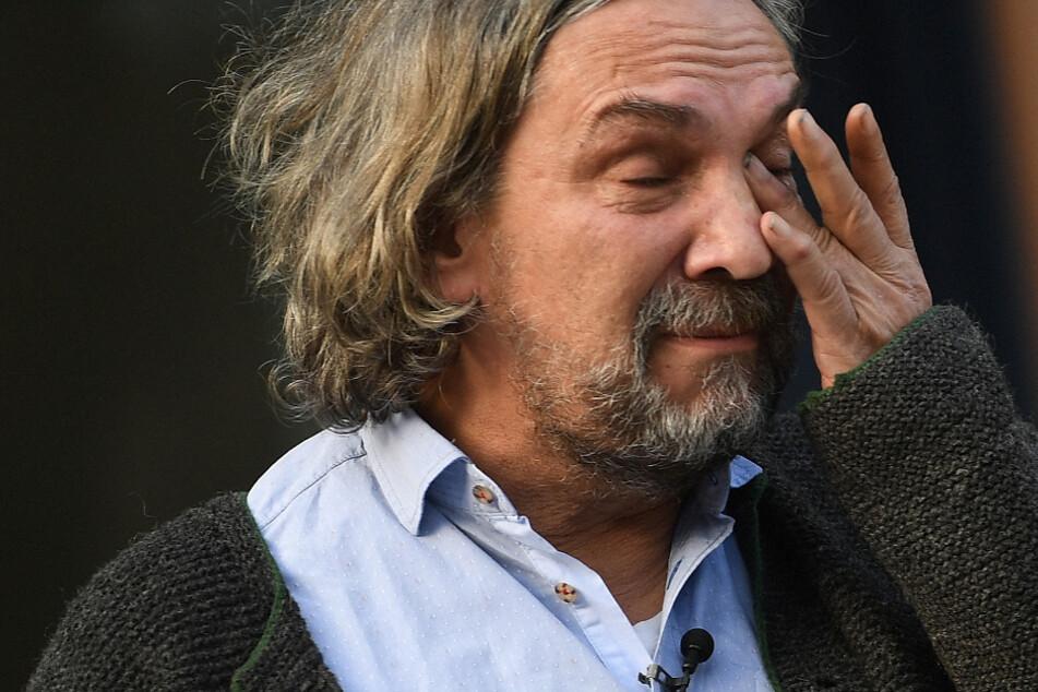 Der Spielleiter der Oberammergauer Passionspiele, Christian Stückl (59) wischt sich bei einer Pressekonferenz Tränen aus den Augen.