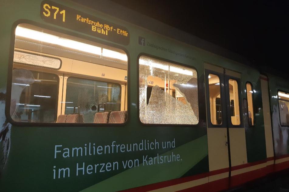 Mann bewirft Straßenbahn mit Steinen und verletzt Reisende