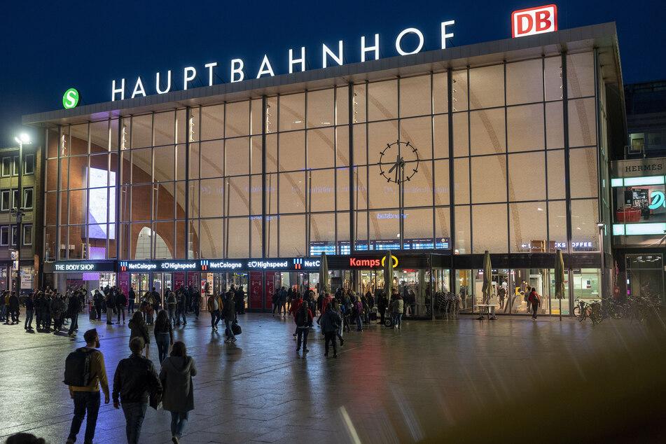 Wegen eines versuchten Raubüberfalls am Kölner Hauptbahnhof wird nach drei Männern gefahndet.