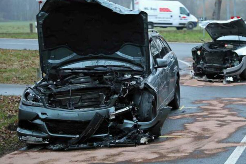 Frontal-Crash: Zwillingskind reanimiert, auch Mutter schwer verletzt