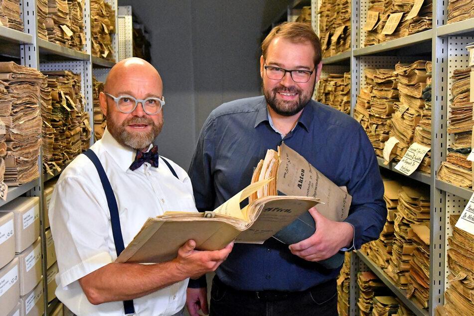 Archivdirektor Thomas Kübler (56, l.)) und Marco Iwanzeck (44) studieren die Akten der Eingemeindung.