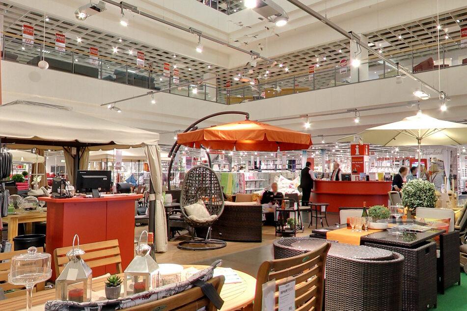 Möbelhaus bei Hamburg lässt Leute wieder ohne Test und Termin rein!