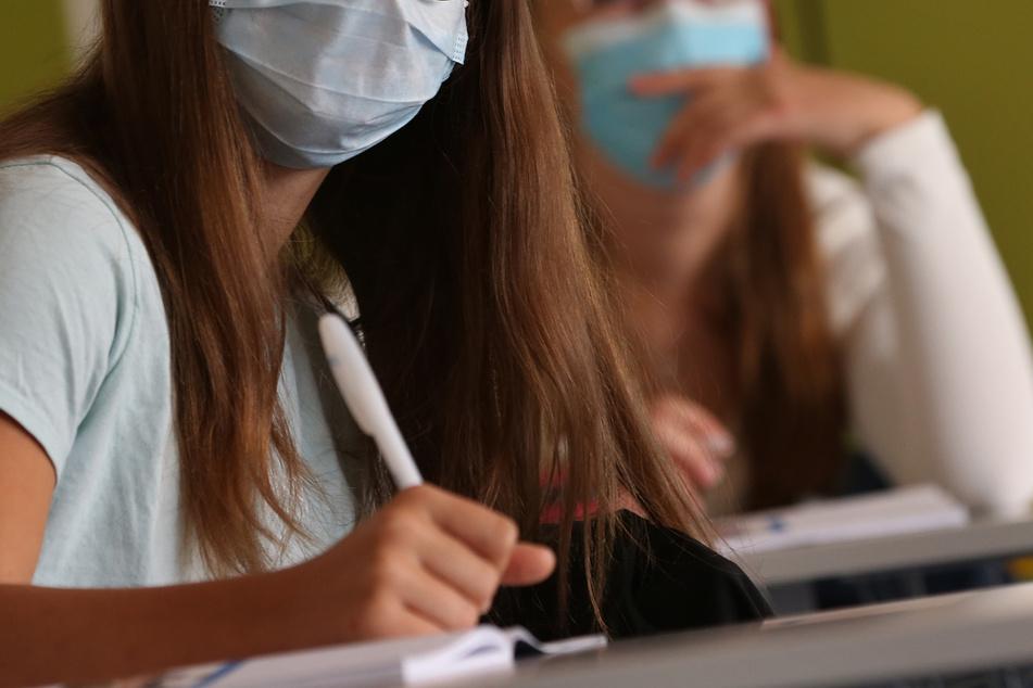 Schüler an weiterführenden Schulen in Hamm müssen ab Mittwoch Maske tragen. (Symbolbild)
