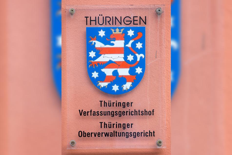Ein Schild am Eingang weist in Weimar auf den Sitz des Thüringer Oberverwaltungsgerichts und des Thüringer Verfassungsgerichtshofs hin.