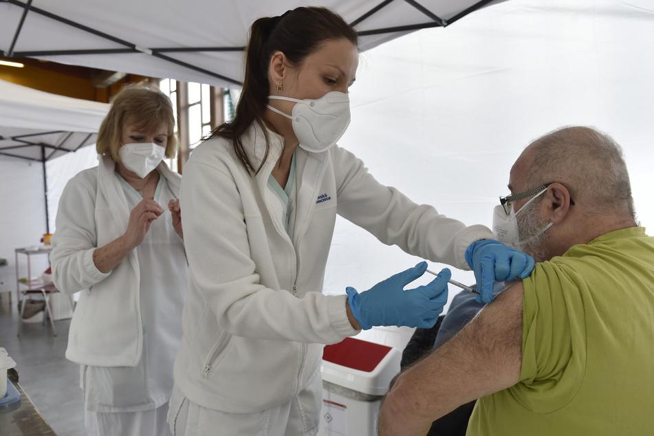 Tschechien: Eine medizinische Mitarbeiterin impft einen Mann gegen das Coronavirus. Die dritte Corona-Welle hat Tschechien hart getroffen, doch die Lage bessert sich stetig. Aktuell liegt die landesweite Inzidenz bei 350.