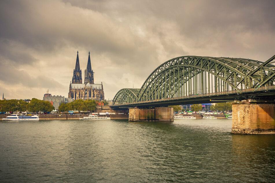 Wolken verdecken den Himmel hinter dem Kölner Dom. Der Deutsche Wetterdienst hat für NRW starke Bewölkung mit vereinzelten Schauern gemeldet. (Symbolbild)