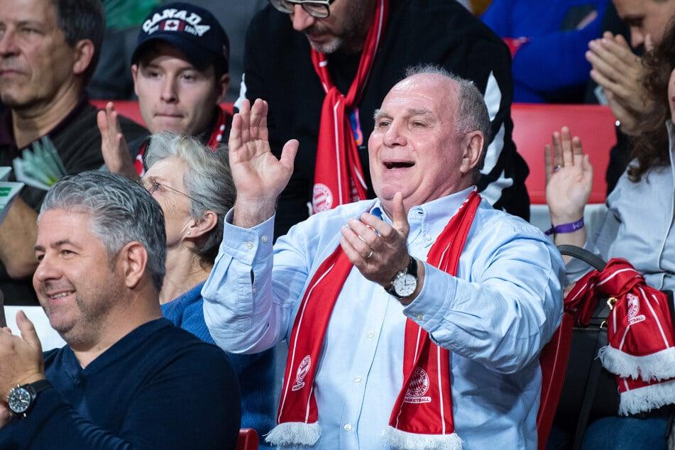 Uli Hoeneß, Vereinspräsident vom FC Bayern, beobachtet das Basketball-Spiel FC Bayern München gegen Alba Berlin im Audi Dome im November 2019.