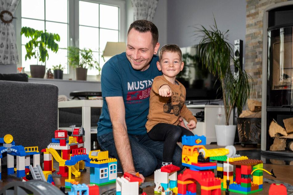 Tom Bretschneider schafft tagtäglich den Spagat zwischen Home-Office und Kinderbetreuung.