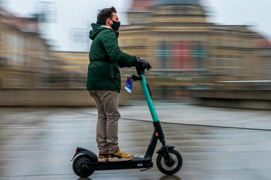 Mittlerweile recht beliebt bei Chemnitzern: TAG24-Redakteur Gabriel Schwab (27) testete am Monatsanfang einen der E-Scooter.