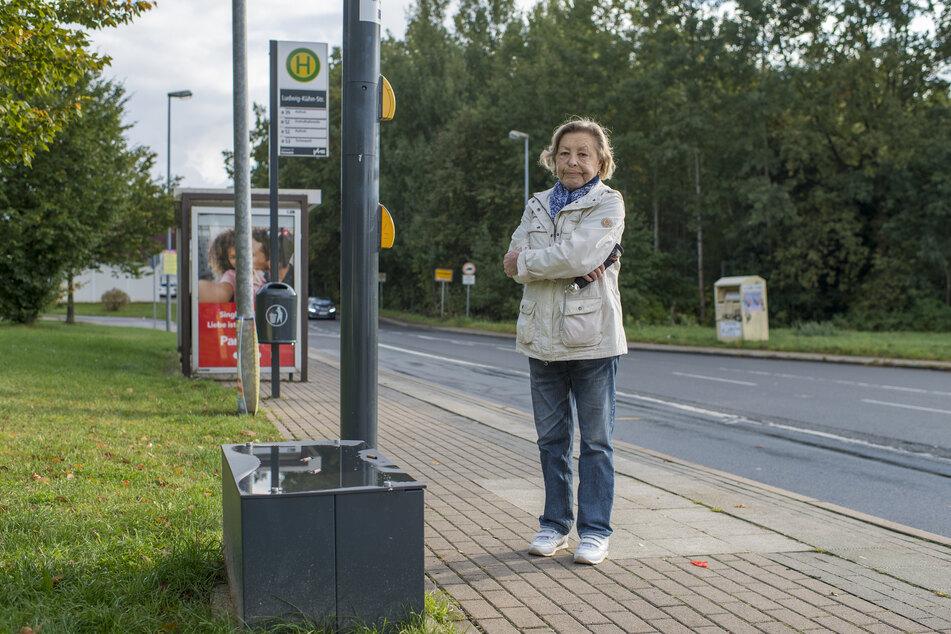 Anke Drechsler (72) aus Markersdorf hofft, dass der Ticketautomat schnell wieder aufgebaut wird.