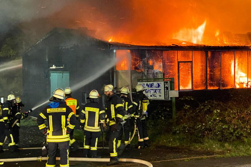Die Lagerhalle wurde ein Raub der Flammen.