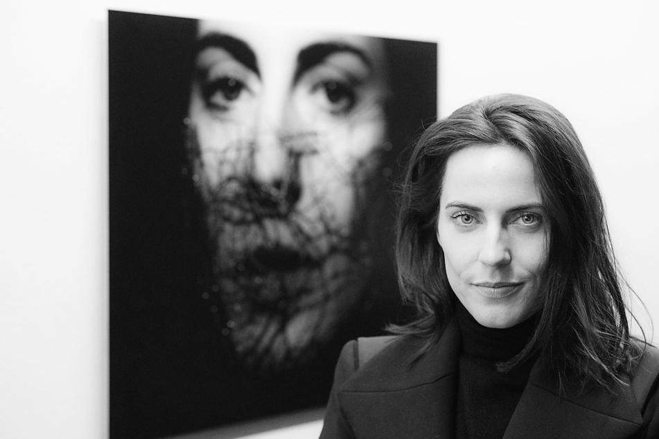 Schauspielerin Antje Traue (39) aus Mittweida posiert vor ihrem Bildnis in der Rostocker Kunsthalle.