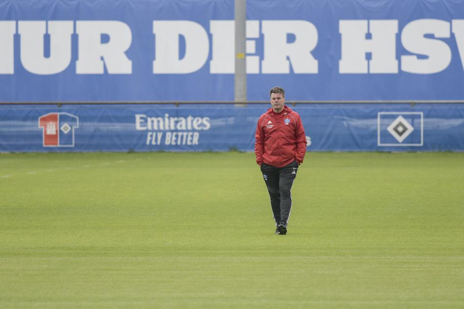 Hamburgs Trainer Dieter Hecking steht zum Trainingsauftakt des HSV auf dem Platz.