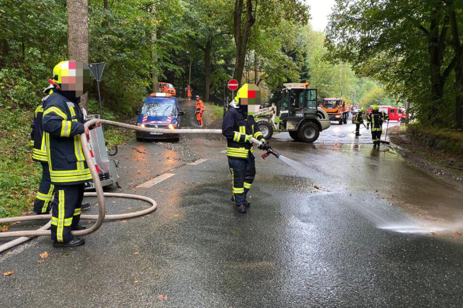 Heftige Regenfälle im Erzgebirge! Die Feuerwehr musste einige Straßen um Annaberg-Buchholz von Schlamm und Steinen befreien.