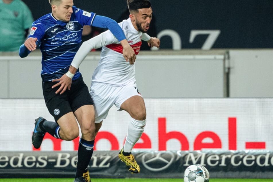 Bielefelds Cedric Brunner (l.) hält im Zweikampf Stuttgarts Nicólas González.