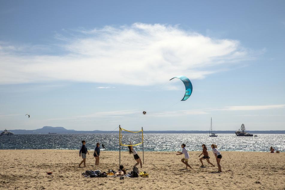 Volleyballspielen mit den Freunden am Strand von Mallorca - bald wieder ohne Einschränkungen möglich?