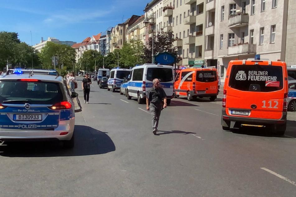 Polizei und Feuerwehr ist mit einem Großaufgebot vor Ort.