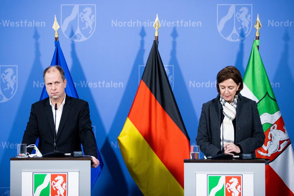 Joachim Stamp (50, FDP) und Yvonne Gebauer (54, FDP) geben in der Staatskanzlei Auskunft darüber, wie es an Schulen in der Corona-Krise weitergeht.