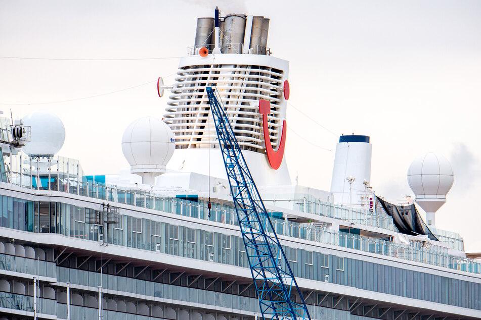 """Das Kreuzfahrtschiff """"Mein Schiff 3"""" der Reederei TUI Cruises liegt an einem Kai im Hafen."""
