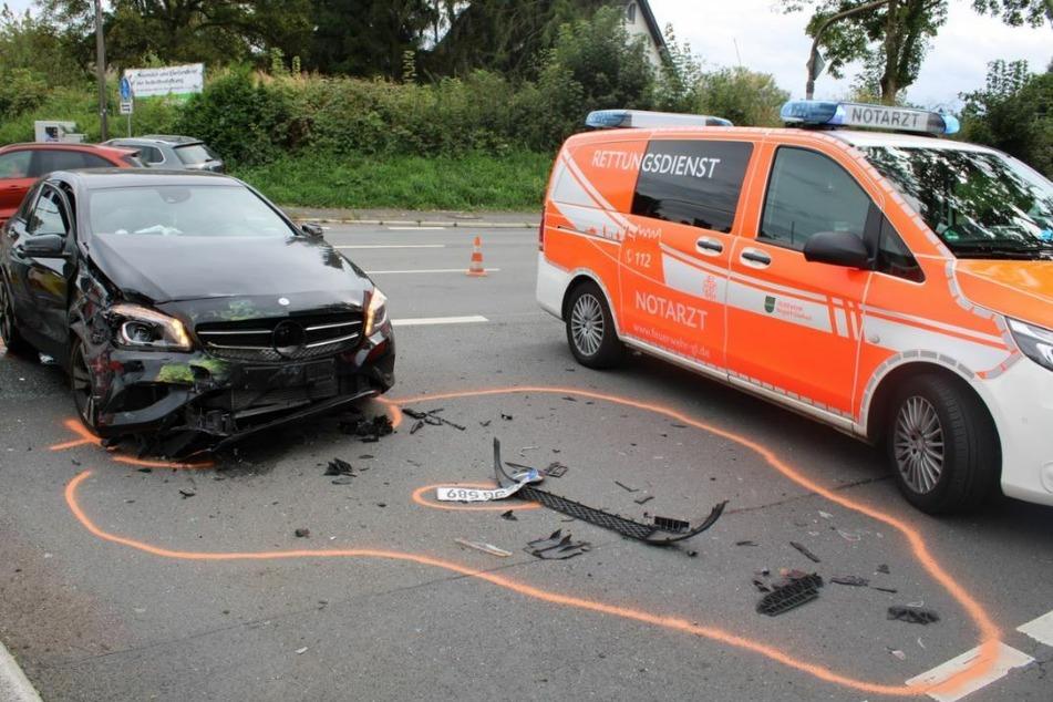 Der schwarze Mercedes der 32-Jährigen wurde bei dem Unfall erheblich demoliert.