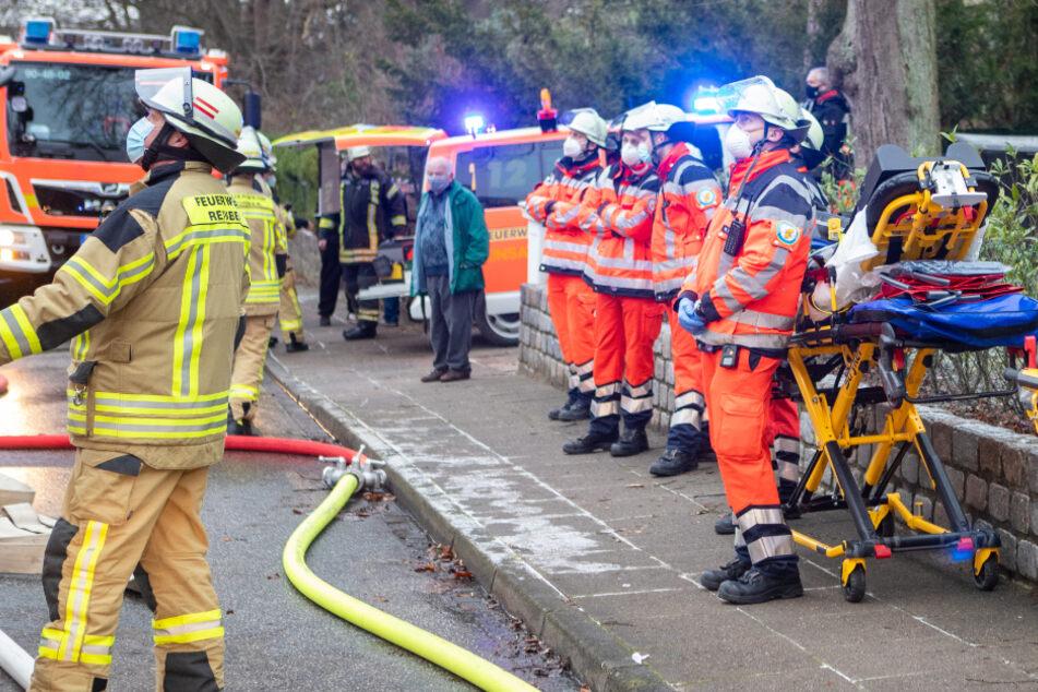 Rettungskräfte stehen für einen möglichen Einsatz bereit.