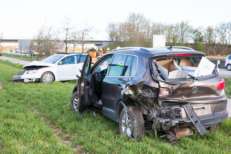 Beide Fahrzeuge wurden auf die nahe Wiese geschleudert.
