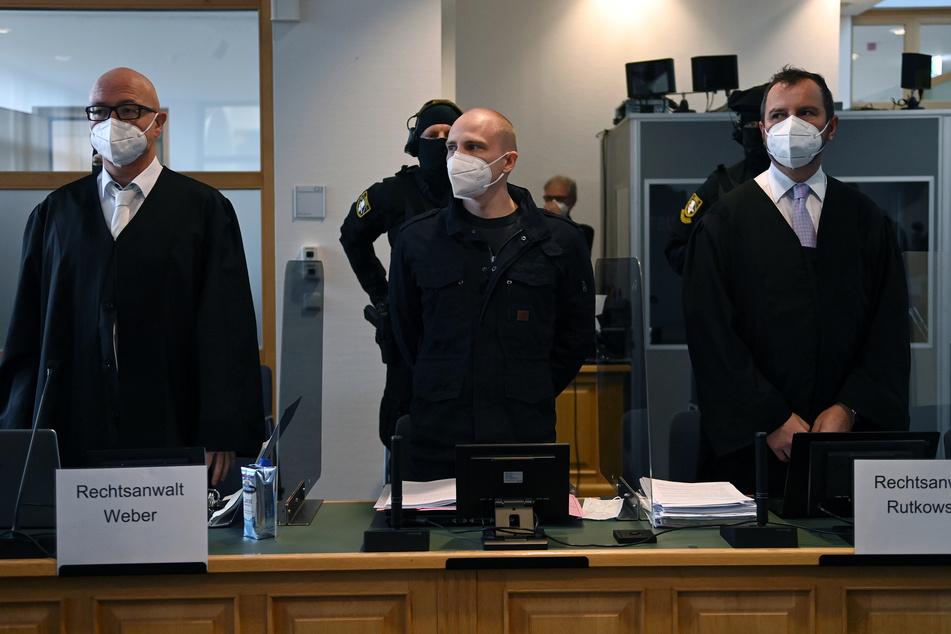 Der angeklagte Stephan Balliet (M.) neben seinen Verteidigern Hans-Dieter Weber (l.) und Thomas Rutkowski im Landgericht.