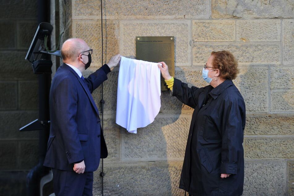 Oberbürgermeister Sven Schulze (49, SPD) und Ruth Röcher, Vorsitzende der Jüdischen Gemeinde Chemnitz, enthüllten die Gedenktafel des neuen Platzes.