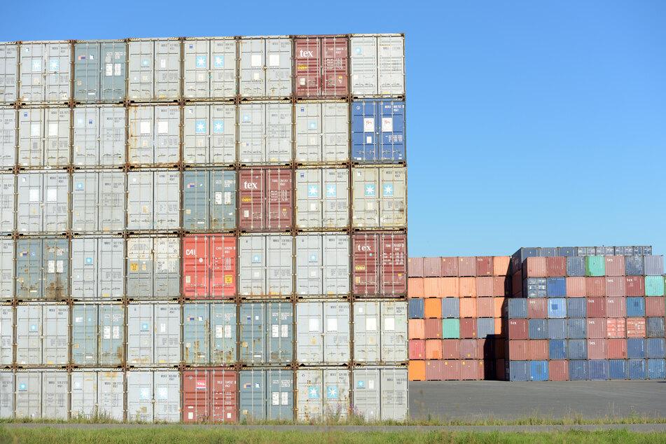 Container stehen an einem Umschlagbahnhof in Ulm.