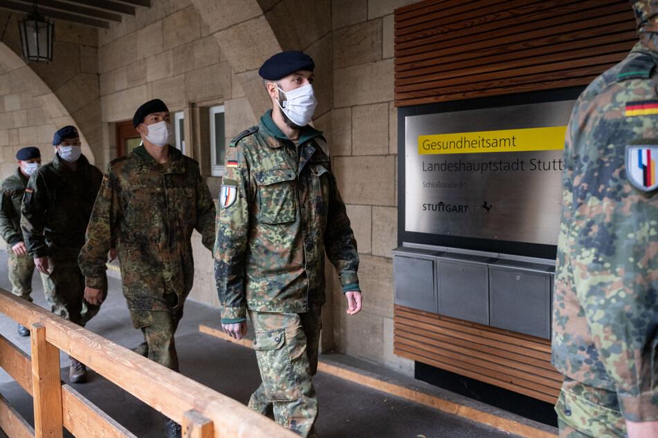 Soldaten vom Jägerbataillon in Donaueschingen (Schwarzwald-Baar-Kreis) gehen zu einer Einweisung in das Gesundheitsamt Stuttgart.