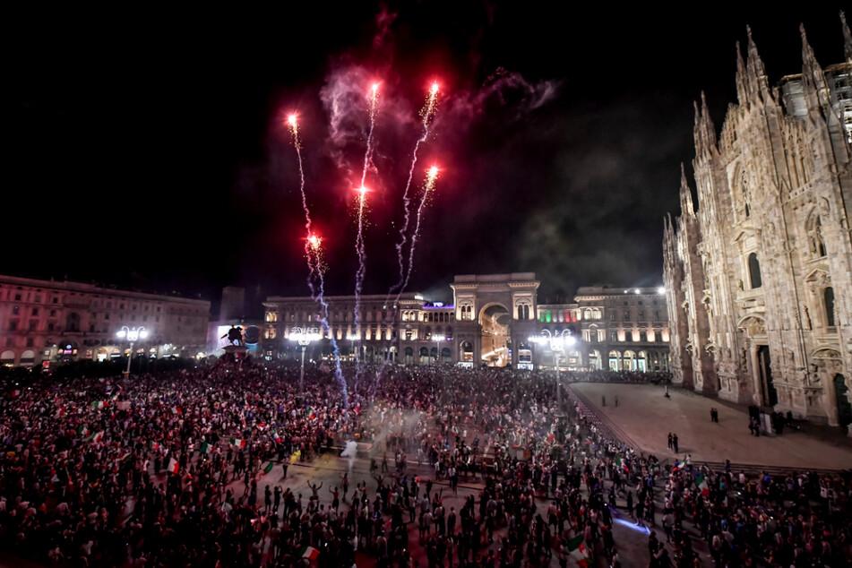Auch in anderen italienischen Städten wurde gejubelt, hier auf der Piazza Duomo in Mailand.