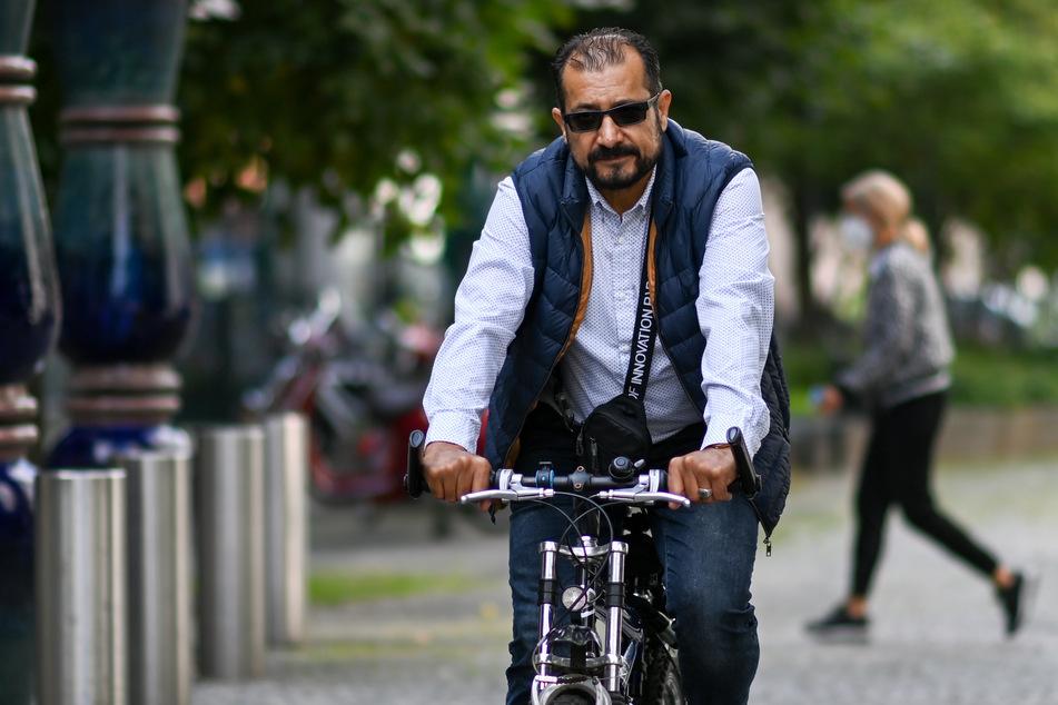 Syed Ahmad Shah Sadaat (50) ist in Leipzig jetzt sehr oft mit dem Rad unterwegs, um Essen auszutragen.